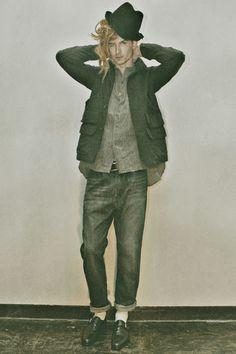 HAICARA|ハイカラ HOWL 2013年秋冬コレクション SHORT HAT (13AW-AC01) 1万4700円 (HOWL×CA4LA)、HUNTING JACKET (13AW-JK01) 4万6200円、LINEN SHIRT (13AWR-SH01) 2万9400円 (HOWL×Robes & Confections)、DENIMS (1507) (13AW-PT03-1) 2万3100円、MARIA BRASS BEADS NECKLACE (13AW-AC19) 1万5750円 (HOWL×Garden of Eden)