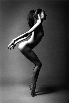 tartanspartan:    kvetchlandia:    Jean-Loup Sieff   Danseuse Belge, Paris   1994