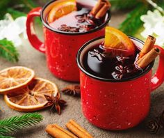 Two cups of christmas mulled wine or gluhwein with spices and orange slices on rustic table top view. Traditional drink on winter holiday royalty free images photo Fudge Recipes, Chocolate Recipes, Cocktail Pictures, Eggnog Fudge, Cheap Christmas Gifts, Christmas Time, Coffee Buttercream, Log Cake