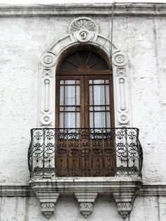Cacería Tipográfica N° 92: Segundo balcón de casona en la calle Santa Catalina en Arequipa. Letra M y número 9.