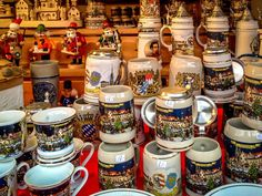 Beer steins and smokers at the Munich Christmas market (article)