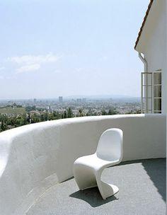 love these panton s chairs Chaise Panton, Outdoor Furniture, Outdoor Decor, Scandinavian Design, Santorini, Pantone, Sun Lounger, Home Decor, Style