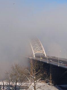 Waalbrug van Nijmegen bij mist.