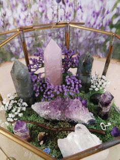 25 Inspiring Homemade DIY Terrarium Ideas You Can Make Today - Crystals! Crystals Minerals, Rocks And Minerals, Crystals And Gemstones, Stones And Crystals, Terrarium Plants, Glass Terrarium, Crystal Terrarium Diy, Deco Nature, Art Nature