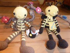 Biene Maja und ihr Willi. Maja mit Blumenkörbchen, Willy mit Honigsammeltasche