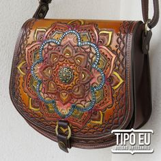 MANDALA BORDÔ Leather Carving, Leather Tooling, Tooled Leather, Leather Accessories, Handmade Accessories, Small Luggage, Japanese Tattoo Art, Leather Handbags, Leather Bags