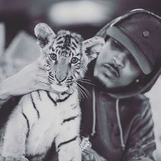Love at first sight I think @augustalsina #tigercubs #royalty #augustalsina #blackandwhite #mydubai Thank you for another unforgettable day @abdullasb10 @rsbelhasa @showcase_pr