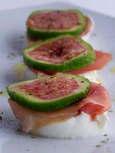 canapè of bufala, prosciutto, fig Finger Food Appetizers, Best Appetizers, Finger Foods, Appetizer Recipes, Antipasto, Wine Recipes, Gourmet Recipes, Cooking Recipes, Appetizer Buffet