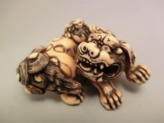 Shishi and Young -  Carved Ivory  Signed TOMOTADA - 5.8cm