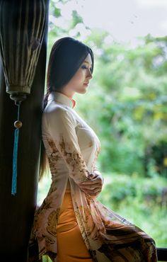 Ao dai. Bella vietnamita en traje tradicional de su país.