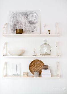 Artek hylly 112 b, nappula Interior Decorating, Interior Design, Inspiration Wall, Wall Shelves, Shelf, Scandinavian Home, Marimekko, Decoration, Vintage Furniture