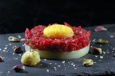 Tra Pignatte e Sgommarelli: Le mie ricette - Tartare di chianina, con gelatina di cipolla, tuorlo d'uovo fritto, salsa rafano al miele e cristalli di sale affumicato