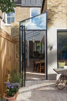 Image 24 of 37 from gallery of Gallery House / Neil Dusheiko Architects. Photograph by Tim Crocker Image 24 of 37 from gallery of Gallery House / Neil Dusheiko Architects. Photograph by Tim Crocker Extension Veranda, House Extension Design, Extension Designs, Glass Extension, House Design, Wall Design, Extension Ideas, Victorian Terrace House, Victorian Homes