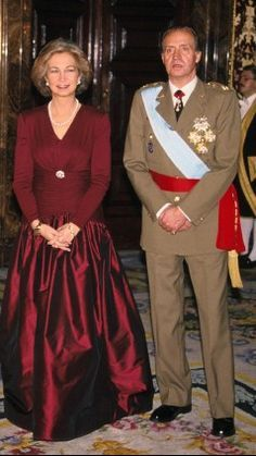 Queen Sofia of Spain Casa Real, Bourbon, Queen Sophia, Royal Families Of Europe, Spanish Royalty, Estilo Real, Spanish Royal Family, Cashmere Poncho, Gala Dresses