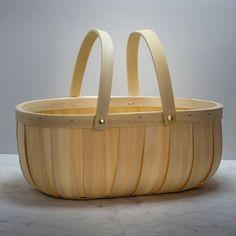 Un élégant panier pour disposer vos pommes ou vos légumes au retour du marché.On aime : sa forme épurée et sa couleur miel.Taille:  33 x 26,5 cmHauteur : 13 cm