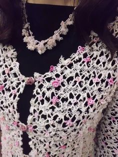A very pretty tatted cardigan and matching necklace! The lady wearing, Ms. Yoko Hatayama, it is the designer and creator. (She holds tatting classes at Aphyu, the tatting store in Jiyuugaoka, Tokyo)