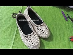 Çeyizlik Örgü Ayakkabı Modeli - YouTube Crochet Slipper Boots, Crochet Shoes, Crochet Slippers, Love Crochet, Irish Crochet, Knit Crochet, Make Your Own Shoes, Crochet Videos, Tory Burch Flats