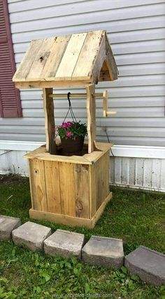 Pallet Furniture Projects Easy Crate Style Furniture repurposed designs you can create for your living spaces DIY Wood Pallet Wishing Well Pallet Home Decor, Pallet Crafts, Diy Pallet Projects, Wood Crafts, Recycled Crafts, Pallet Decorations, Outdoor Pallet Projects, Decor Crafts, Diy Furniture Finishes