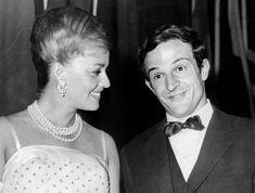 """Jeanne Moreau félicite François Truffaut, alors qu'il vient de recevoir la palme de la mise en scène pour """"Les Quatre Cents Coups"""""""