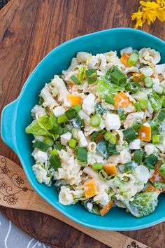 This light pasta salad with feta cheese, bell pepper and spring onions is ideal for . - This light pasta salad with feta cheese, peppers and spring onions is perfect for grilling. Pasta Salad Recipes, Veggie Recipes, Diet Recipes, Cooking Recipes, Healthy Recipes, Light Pasta Salads, Creme Fraiche Sauce, Grilled Desserts, Feta Salat