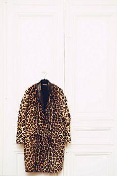 Aurelie Bidermann's closet - Celine leopard coat always necessary Leopard Jacket, Leopard Print Coat, Leopard Prints, Cheetah, Leopard Fashion, Animal Print Fashion, Animal Prints, Mode Style, Style Me