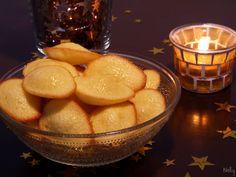 """J'ai trouvé cette petite recette bien sympathique de madeleines dans le livre des """"desserts qui me font craquer"""" de Christophe Michalak. A un détail près, j'ai suivi la recette à la lettre et j'ai beaucoup apprécié le résultat ! A la place de zestes de..."""