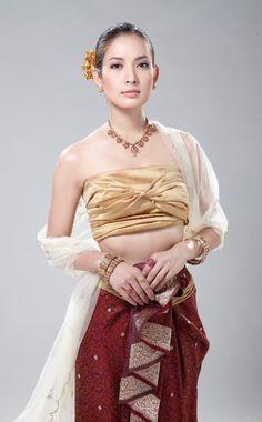 Maneechan, Mon during Ayudhya period Traditional Thai Clothing, Traditional Fashion, Traditional Dresses, Thailand National Costume, Thai Wedding Dress, Bride Suit, Thai Fashion, Culture Clothing, Thai Dress