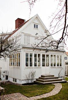 Lundin Fastighetsbyrå - Kålltorp - i toppskick Us White House, White Houses, Small Sunroom, Porche, Swedish House, House Extensions, Scandinavian Home, Cottage Homes, House In The Woods