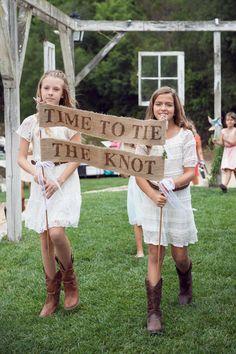 time to tie the knot sign #rusticwedding #weddingsigns #outdoorwedding http://www.weddingchicks.com/2013/10/29/bookworm-wedding/