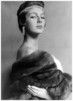 Fiona Campbell-Walter wearing mink stole from Calman Links, photo by Cecil Beaton, Vogue, August 1954 Moda Vintage, Vintage Fur, Vintage Glamour, Vintage Beauty, 1920s Glamour, Vogue, Vanity Fair, 1950s Fashion, Vintage Fashion