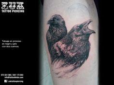 Tatuaje en proceso, en negro y gris , con dos cuervos.