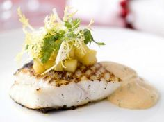 Gegrilde tarbot met kreeftenbearnaise Fish Dishes, Seafood Dishes, Fish And Seafood, Dutch Recipes, Fish Recipes, Cooking Recipes, Bistro Food, I Want Food, Food Plating