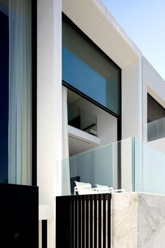 Designed by the architectural firm of Katon Redgen Mathieson, the four-story Bondi house is located on Sydney, Australia's Bondi Beach. The house was desig Architecture Durable, Detail Architecture, Residential Architecture, Contemporary Architecture, Interior Architecture, Minimalist Architecture, Modern Contemporary, Interior Exterior, Interior Design