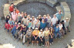 <b>Steckbrief</b><br><br> <b>Klasse:</b> Rudolf-Steiner-Schule Jakobsberg<br> <b>Ort:</b> Basel<br> <b>Schüler:</b> 28 Schweizer, 3 Deutsche, 1 Kurde<br> <b>Klassenlehrer:</b> Dieter Schaffner<br> <b>Letzte Schulreise:</b> Zum Bergkristall nach Flüelen <br><br>Klassenfoto im neu gestalteten Schulhof, aufgenommen von den Jugendlichen mit dem Selbstauslöser: Die Klasse 7a der Rudolf-Steiner-Schule in Basel.