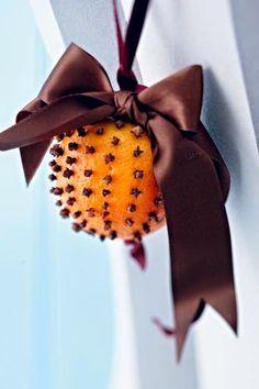 Φτιάξε φυσικό αρωματικό με πορτοκάλια!   Φτιάξτο μόνος σου - Κατασκευές DIY - Do it yourself Merry Christmas, Outdoor Decor, Holiday, Home Decor, Dessert Ideas, Orange, Space, Interior, Manualidades