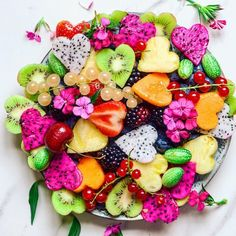 Rainbow fruit love, YAY or NAY? 🌈❤️ Have you ever tried squeezing a tiny bit of lime on your fruit salad? I find it gives it an extra kick… Photo Fruit, Fruit Love, Rainbow Fruit, Rainbow Salad, Natural Yogurt, Food Platters, Edible Arrangements, Fruit Art, Healthy Fruits