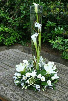Arreglo de mesa con flores blancas, sobresale el alcatraz