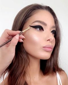 Light Makeup Tips To Nail A Naturally Flawless Look Beauty Care, Huda Beauty, Beauty Makeup, Dramatic Eye Makeup, Dramatic Eyes, Light Makeup Looks, Makeup Mirror With Lights, Glamorous Makeup, Cream Blush