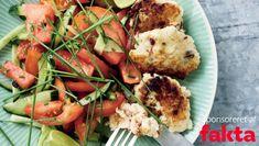 Vandmelon i salaten giver en mild, sød og forfriskende smag. Her får du opskriften på thai-fiskefrikadeller og tomatsalat med vandmelon