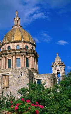 Explore San Miguel de Allende holidays and discover the best time and places to visit. Lonely Planet, Oh The Places You'll Go, Places To Visit, Immaculate Conception Church, Colonial Architecture, Spanish Colonial, Winter House, Cathedrals, Palaces