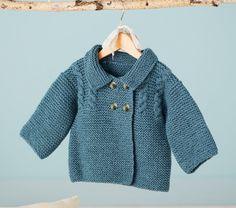 Un ensemble veste caban + chaussons à tricoter pour bébé. Les explications sont gratuites.
