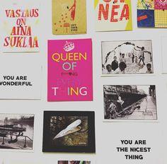 Postikortit on  Työhuoneen seinällä mm #queenoffuckingeverything  #suklaaonvastauskaikkeen #suklaatasaatana #youarewonderful  #futuremarja  #youarethenicestthing #työhuone #yrittäjät #postikortti  #postcard #emalikukanyrittäjät