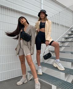 minimalistic less is more ladies lady women stylish urban culture look trend styles chic street fashion fashionable casual jeans Mode Outfits, Short Outfits, Trendy Outfits, Girl Outfits, Fashion Outfits, Fashion Trends, Beach Outfits, Miami Outfits, Sneakers Fashion