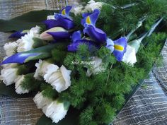 bouquet a fascio con iris e garofani bianchi