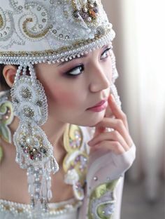 Bridal saukele (the Dress and Kazakh. Beautiful Models, Beautiful Dresses, Couture Sewing, Casual Street Style, Ribbon Embroidery, World Cultures, Ethnic Fashion, Headdress, Daily Fashion