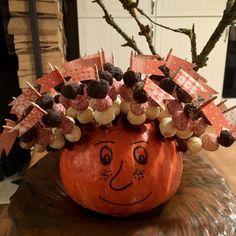 Vyvýšené záhony - foto návod – Z mojí kuchyně Samhain, Caramel Apples, Wreaths, Halloween, Gardens, Vegetable Gardening, Plant, Door Wreaths, Outdoor Gardens