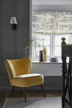 SWEDISH BLIND: By the Sea Scree, Charcoal SEA-67-38 £52/mtr lined in Simple Ticking Detail Charcoal TICKING-38 £49.50/mtr; LAMPSHADE: By the Sea Scree, Charcoal SEA-67-38 £52/mtr; RETRO CHAIR: Honey Velvet VELVET-72 £58/mtr piped in Thunder Velvet VELVET-74 £58/mtr; RUG: Geometric Grey, Saffron, Winter RGEO-95-52-50 £240 Contemporary Dining Chairs, Modern Chairs, Gray Interior, Interior Design, Kitchen Interior, Vanessa Arbuthnott, Retro Armchair, Comfortable Living Room Chairs, Eames Chairs