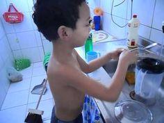 """Pedro lavando os pratos e cantando """"Restitui"""""""