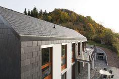 Ein schnörkelloses Schieferdach und eine exakt gerasterte Schieferfassade prägen das Haus am steilen Hang - Schiefer von Rathscheck Schiefer