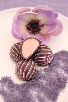 Dunkle Schokolade mit einem fruchtigen Kern der sanft verführt.